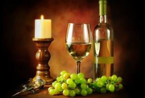 vino-beloe-bokal-butylka